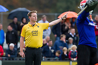 EINDHOVEN - hockey - Scheidsrechter Coen van Bunge tijdens de hoofdklasse hockeywedstrijd tussen de mannen van Oranje-Zwart en Bloemendaal (3-3). COPYRIGHT KOEN SUYK