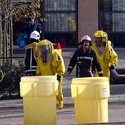 Verdacht poeder aangetroffen ASW Huizen, ontsmettingsteam, gaspakken