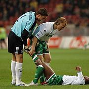 NLD/Amsterdam/20060420 - Ajax - Feyenoord, eredivisie playoffs, Dirk Kuyt en Maarten Stekelenburg helpen Romeo Castelen met kramp