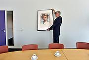 Nederland, 1-5-2013Binnenkort word op de gemeentehuizen en rechtbanken in ons land de beeltenis van Beatrix vervangen door die van koning Willem-Alexander. Foto is geensceneerd in de burgemeesterskamer en de b en w-kamer van een gemeentehuis in de omgeving van Nijmegen. Foto: Flip Franssen/Hollandse Hoogte