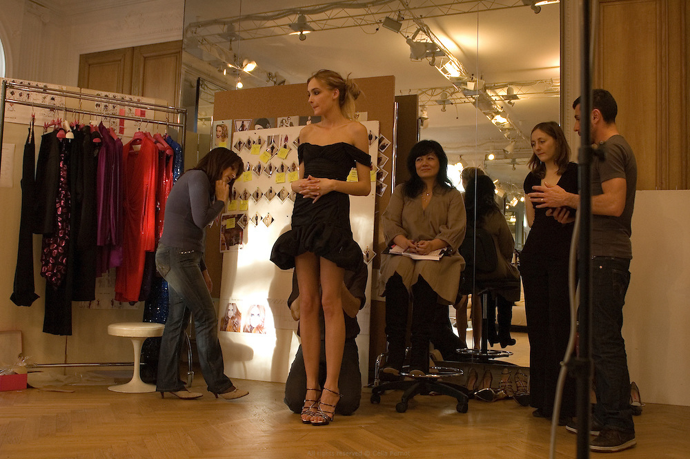 One day before the fashion show, models come at Ungaro's house for the ultimate fittings