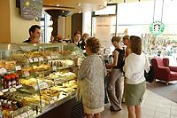 21 AUG 2002, BERLIN/GERMANY:<br /> Kunden am Kuchentresen einer Filiale der US-Kette Starbucks Coffee, Friedrichstrasse<br /> IMAGE: urban20020821-02-004<br /> KEYWORDS: Caffee-Bar, Kaffee, Cafe, Logo