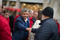 Berlin, 24.09.2021: Raed Saleh, Berliner SPD-Fraktionschef, begrüsst einen Passanten beim Straßenwahlkampf in der Spandauer Fußgängerzone.