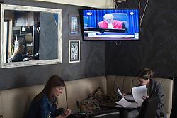 31.03.2016, Zemunik, SRB, UN Kriegsverbrechertribunal in Den Haag spricht Seselj frei, im Bild Menschen in einem Kaffee beobachten die Urteilsverkündung des UNO-Kriegsverbrechertribunals zum früheren Jugoslawien. Der Parteichef Vojislav Seselj, der wegen Kriegsverbrechen in Bosnien und Herzegowina, Kroatien und Serbien beschuldigt wird wurde freigespochen // People in caffe bar watching live on TV the verdict to Serbian Radical Party leader Vojislav Seselj, who is accused of war crimes in Bosnia and Herzegovina, Croatia and Serbia Zemunik, Serbia on 2016/03/31. EXPA Pictures © 2016, PhotoCredit: EXPA/ Pixsell/ Srdjan Ilic<br /> <br /> *****ATTENTION - for AUT, SLO, SUI, SWE, ITA, FRA only*****