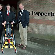 Aanbieden rolstoel Hema en Voorma & Walch Huizen aan de Trappenberg