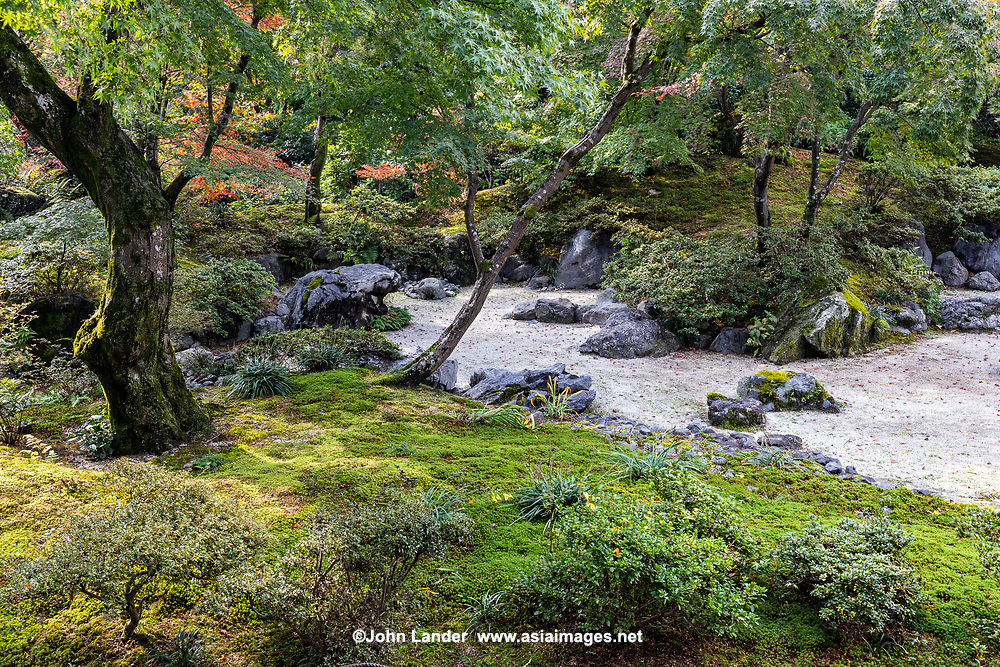 Hokyo-in Zen Garden - Houkyo-in is located in Arashiyama Kyoto. Emperor Shirakawa 1053-1129 ordered its construction. The interesting thing about this temple is not  so much its history, but how beautiful its garden is in autumn.  It is rightly famous for its autumn foliage.  Hokyoin is closed to the public for much of the year, and outside of autumn foliage season, on the rare occasions when it is open it is much quieter than other Arashiyama venues.