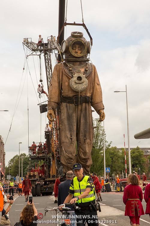 NLD/Leeuwarden/20180818 - De Reuzen van Royal de Luxe trekken door Leeuwarden, De Duiker