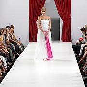 NLD/Amsterdam/20080901 - Modeshow Jos van Raak 2008, zwangere Froukje de Both showt een trouwjurk