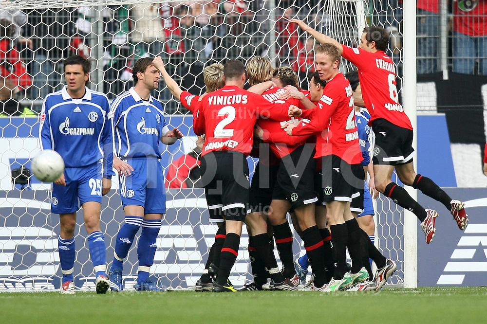 Fussball   1. Bundesliga   Saison 2006/2007   25. Spieltag Hannover 96 - FC Schalke 04                  Zlatan BAJRAMOVIC (li) und Marcelo BORDON (2. v.l, beide Schalke) wenden sich nach dem 1:1 ab. Spieler von Hannover 96 umjubeln den Torschuetzen Michael TARNAT