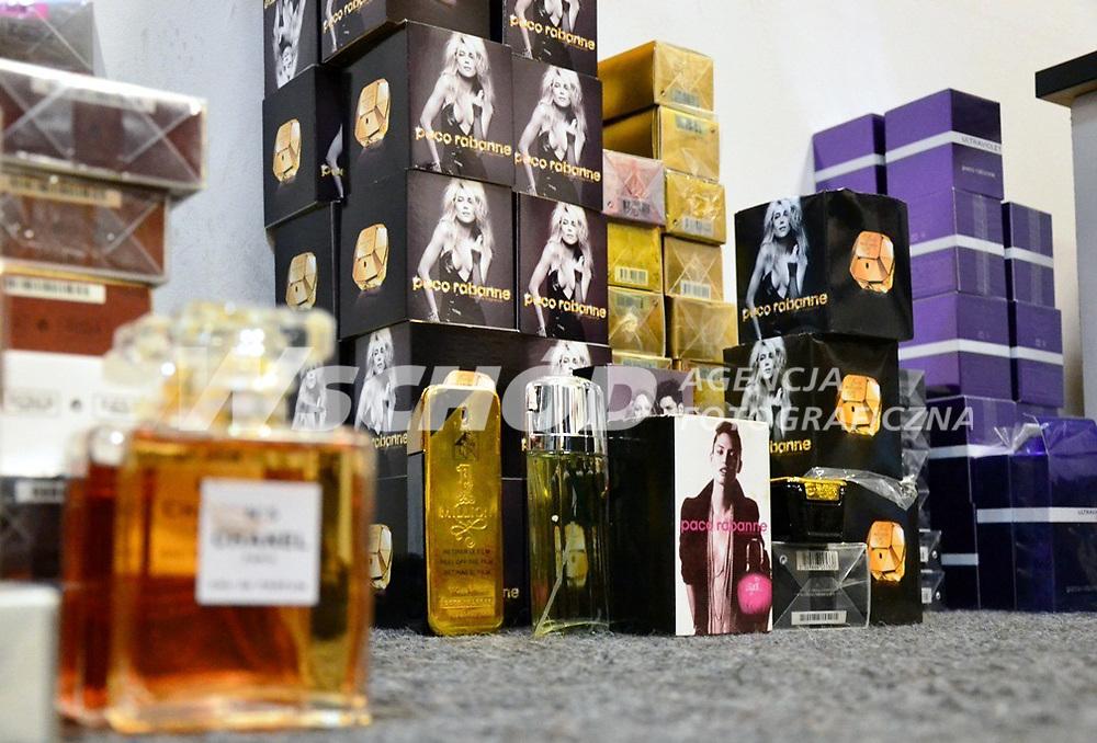 19.12.2012 Bialystok Podlascy celnicy zlikwidowali nielegalny sklep internetowy specjalizujacy sie w handlu podrobionymi perfumami. W przesylkach kurierskich oraz w lokalu nalezacym do ich nadawcy znaleziono ponad 2 tys sztuk podrobionych kosmetykow znanych swiatowych marek N/z podrobione perfumy fot Podlaska Sluzba Celna / AGENCJA WSCHOD