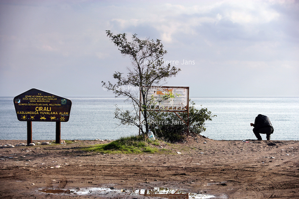 Turkije,Cirali, Antalya ,27 november 2007..Een bijna verlaten strand van het kustplaatsje Cirali...Foto:Jean-Pierre Jans