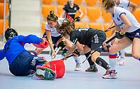 ROTTERDAM - Noor de Baat (Adam) stuit op goalkeeper Alexandra Heerbaart (SCHC)  dames Amsterdam-SCHC.   ,hoofdklasse competitie  zaalhockey.   COPYRIGHT  KOEN SUYK