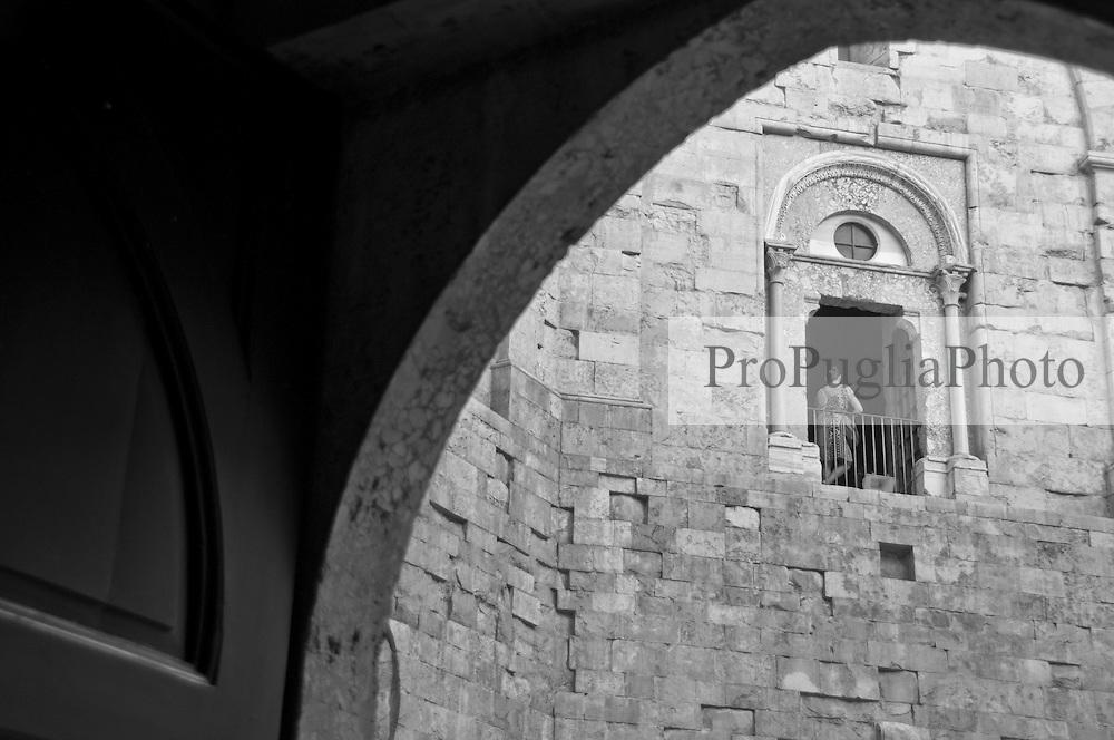 Castel del Monte - Puglia - Castel del Monte domina le Murgie. Castel del Monte è un edificio del XIII secolo costruito dall'imperatore Federico II in Puglia, nell'attuale frazione omonima facente parte del vicino comune di Andria. Inserito nel 1996 tra i monumenti patrimonio dell'Unesco, Castel del Monte conserva da secoli il mistero della sua funzione. La forma a pianta ottagonale ha ispirato le più diverse ipotesi sul motivo della sua costruzione: scartata la funzione di torretta di difesa (per la mancanza di strutture militari e delle scale a chiocciola costruite in senso antiorario, a svantaggio dei soldati costretti a impugnare le armi con la mano sinistra), scartata la funzione residenza di caccia a causa della mancanza di stalle, si accredita la funzione di tempio, anche per via dei simboli che caratterizzano l'intera costruzione.