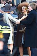 Staatsbezoek aan Nederland van Zijne Majesteit Koning Filip der Belgen vergezeld door Hare Majesteit Koningin <br /> Mathilde aan Nederland.<br /> <br /> State Visit to the Netherlands of His Majesty King of the Belgians Filip accompanied by Her Majesty Queen<br /> Mathilde Netherlands<br /> <br /> op de foto / On the photo: Koning Willem Alexander en koningin Maxima ontvangen de Belgische koning Filip en koningin Mathilde bij het paleis op de Dam voor een drie daags staatsbezoek ///// King Willem Alexander and Queen Maxima received the Belgian King Philippe and Queen Mathilde at the palace on Dam Square for a three-day state visit