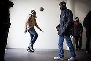 Momento di attesa prima di un'assemblea. Un ragazzo gioca a calcio. Interno ex palazzine olimpiche.