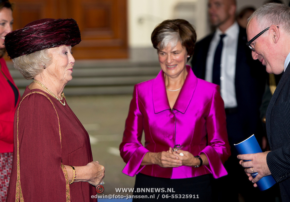 Prinses Beatrix bij Max van der Stoel Award, een award waarmee tweejaarlijks individuen of groepen die zich succesvol inzetten voor de positie van minderheden worden geeerd.//<br /> Princess Beatrix with Max van der Stoel Award, an award which biennial individuals or groups who are successfully committed to the position of minorities be honored.<br /> <br /> Op de foto:  Prinses Beatrix komt aan bij Het Spaansche Hof / Princess Beatrix arrives at the Spanish Court