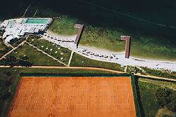 THEMENBILD - Tennisplätze am Strand eines Urlaubs Resorts, aufgenommen am 05. Juli 2020 in Novigrad, Kroatien // Tennis courts on the beach of a holiday resort in Novigrad, Croatia on 2020/07/05. EXPA Pictures © 2020, PhotoCredit: EXPA/ JFK