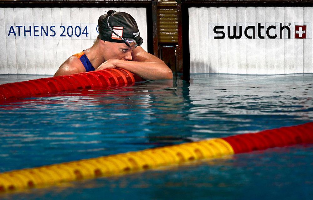 Griekenland, Athene, 15 augustus 2004.<br /> Olympische Spelen 2004.<br /> Zwemmen, Dames<br /> 100 meter vlinderslag.<br /> De Nederlandse Inge de Bruijn na haar race teleurgesteld na het behalen van brons.<br /> Foto: Klaas Jan van der Weij