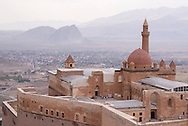 Le palais d'Ishakpasa, Dogubeyazit, Turquie, 2014. Ishak Pasa ou Ishak Pacha (en turc : İshak Paşa Sarayı ; en kurde : Koşka Îshaq Paşa) est un palais du xviie siècle situé en Turquie, du même type que celui de Topkapi ou d'Edirne. Partiellement ruiné et abandonné, il se trouve sur l'ancienne route de la soie, à une trentaine de kilomètres de la frontière iranienne, dans un endroit semi-désertique de la province d'Ağri, et à quelques kilomètres à l'est de Doğubeyazıt, ville proche du mont Ararat.<br /> <br /> Son architecture témoigne des influences arménienne, perse, géorgienne, seldjoukides et ottomane.<br /> <br /> Il possédait un caravansérail pour les marchands de passage et un total de 366 pièces dont 24 réservées au harem, ainsi qu'un chauffage central.