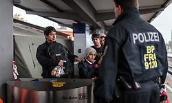 14.10.2015, Bahnhof, Freilassing, GER, Flüchtlingskrise in der EU, im Bild Flüchtlinge, von Polizisten bewacht, warten auf dem Bahnsteig, in einer Schlange auf einen Sonderzug // Refugees, guarded by policemen, wait in a line on the platform for a special train, Railway Station, Freilassing, Germany on 2015/10/14. EXPA Pictures © 2015, PhotoCredit: EXPA/ JFK