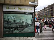 En bild av när Sergels torg byggdes på 1960-talet som jag tog som tonåring. Nu byggs torget om igen och spårvagnen dras fram. Fotot sattes upp i fönstret där byggnadsarbetarna har rastlokal för att illustrera den ursprungliga byggnationen för 50 år sedan.