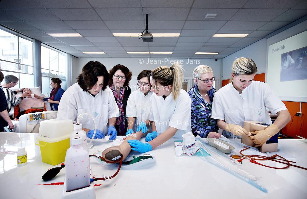 Nederland, Alkmaar , 6 februari 2013.<br /> Praktijkles in medisch centrum Alkmaar (Foreest Medical Center). in Skillslab<br /> Algemeen verpleegkundigen oefenen hun vaardigheden op het gebied van een infuus inbrengen en katheteriseren van mannen verzorgd door een uroloog.<br /> Foto:Jean-Pierre Jans