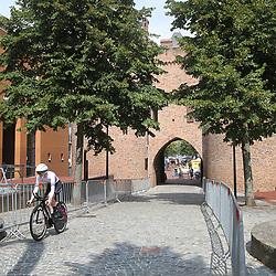 28-08-2018: Wielrennen: Ladies Tour: Arnhem<br />proloog passeerde enkele mooie plekjes in Arnhem hier de passage van de Sabelspoort
