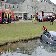 NLD/Huizen/200600203 - Auto te water, Paradijssingel  Huizen, auto vergeten op de handrem te zetten, ijs, brandweer, schade, total los, kade, wal,