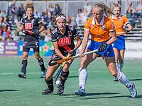 BLOEMENDAAL - Joy Haarman (Adam) met Laurien Boot (Bldaal)   tijdens de hoofdklasse hockeywedstrijd dames, Bloemendaal-Amsterdam (0-5) .  COPYRIGHT KOEN SUYK