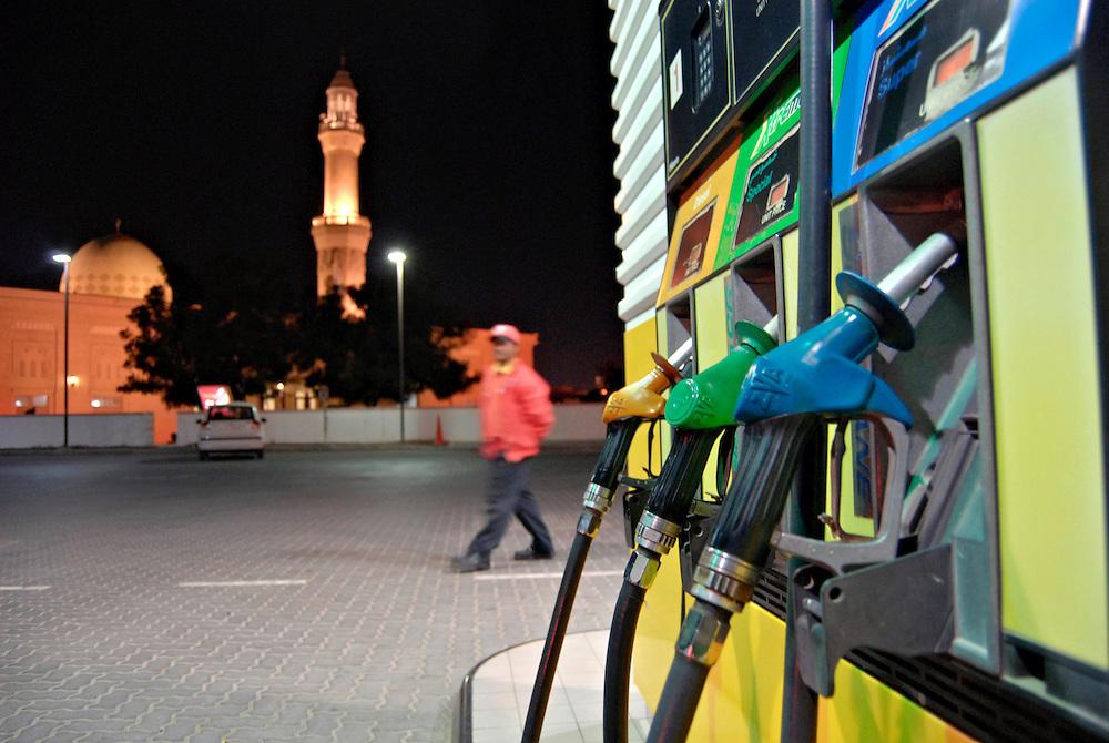 Tankstelle mit Zapfsäulen in Dubai : Moschee im Hintergrund    |  Dubai, UAE, Gas petrol station, mosque    |