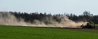 Podlasie. Maszyna rolnicza podczas prac polowych w czasie suszy fot Michal Kosc / AGENCJA WSCHOD
