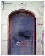 """A sentence on a shop window: """"I love you L'Aquila"""" and under, a reply : """"I love you too""""."""