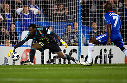 28.09.2010, Stamford Bridge, London, ENG, UEFA Champions League, Chelsea vs Olympique Marseille, im Bild Marseille Keeper Rudy Riou pushes Florent Malouda header onto the post. EXPA Pictures © 2010, PhotoCredit: EXPA/ IPS/ Mark Greenwood +++++ ATTENTION - OUT OF ENGLAND/UK +++++ / SPORTIDA PHOTO AGENCY