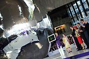 Zijne Majesteit Koning Willem-Alexander opent donderdagmiddag 13 maart officieel het nieuwe treinstation Rotterdam Centraal.De nieuwbouw van het spoordeel, de stationshal en directe omgeving duurde in totaal 9 jaar en kostte ruim 657 miljoen euro.Meest opvallende onderdeel van de nieuwbouw is het forse, spiegelende puntdak van roestvrij staal dat in de richting van het centrum wijst.Het gebouw kreeg daarom de bijnaam 'station kapsalon'. De naam verwijst naar het bakje waarin een Rotterdamse snack wordt geserveerd.<br /> <br /> His Majesty King Willem-Alexander opened Thursday afternoon March 13 officially the new Rotterdam Centraal.De railway station building cost more than 657 million euro.Most striking part of the new building is the large, reflective stainless steel gabled roof pointing towards the center.The building was therefore nicknamed 'Kapsalon'. The name refers to the container in which a Rotterdam snack is served.<br /> <br /> Op de foto / On the photo:  Koning Willem Alexander verricht de openingshandeling / King William Alexander performed the opening act