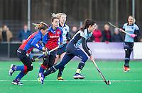 BILTHOVEN - HOCKEY - Naomi van As van Laren   tijdens de hoofdklasse competitiewedstrijd tussen de dames van SCHC en LAREN (2-2).  links Sarah Jaspers van SCHC . COPYRIGHT KOEN SUYK