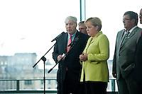 28 AUG 2009, BERLIN/GERMANY:<br /> Michael Sommer (L), Vorsitzender Deutscher Gewerkschaftsbund, und Angela Merkel (R), CDU, Bundeskanzlerin, waehrend einem Pressestatement, vor einem Gespraech der Bundeskanzlerin mit den Vorsitzenden der Gewerkschaften, Skylobby, Bundeskanzleramt<br /> IMAGE: 20090828-01-028