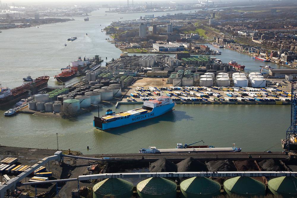 Nederland, Zuid-Holland, Vlaardingen, 04-03-2008; Vulcaanhaven, ferrie van Norfolk Line beladen met vrachtauto's is bezig af te meren; olietanks, erts, kolen, bulk terminal, vrachttrailers, trailers, aanhangers, ferry, veerboot, overslag. .luchtfoto (toeslag); aerial photo (additional fee required); .foto Siebe Swart / photo Siebe Swart