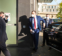 DEU, Deutschland, Germany, Berlin,13.11.2020: Bundesgesundheitsminister Jens Spahn (CDU) kommt mit seinem Dienstwagen bei der Bundespressekonferenz an.