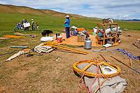 Mongolie. Province de Zavkhan, Campement nomade, demenagement de la famille, transhumance // Mongolia,  Zavkhan province, nomadic camp, removal of the camp, transhumance