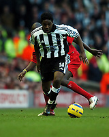 Fotball<br /> Premier League 2004/05<br /> Liverpool v Newcastle<br /> 19. desember 2004<br /> Foto: Digitalsport<br /> NORWAY ONLY<br /> Charles N'Zogbia<br /> Newcastle United 2004/05<br /> Djimi Traore Liverpool