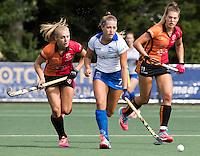 UTRECHT - HOCKEY - Renee van Laarhoven (Kampong)   tijdens   de hoofdklasse hockeywedstrijd dames Kampong-Oranje-Rood (0-5) rechts Valerie Magis (Oranje-Rood) . , links Kyra Fortuin (Oranje-Rood) COPYRIGHT KOEN SUYK