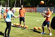 De Oranje Fandag is een gezamenlijk initiatief van de KNVB en zijn hoofdsponsor ING, om jeugdvoetballers en fans dichtbij Oranje te brengen en wordt gehouden bij de KNVB in Zeist<br /> <br /> Op de foto:  Steven Berghuis en Bas Dost