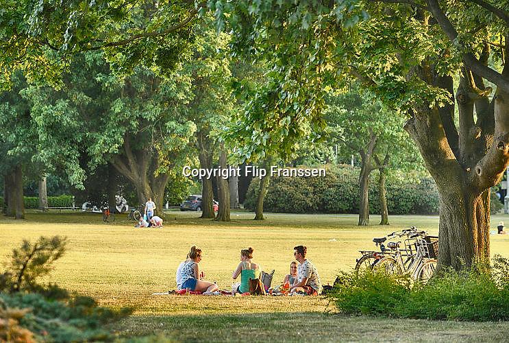 Nederland, Nijmegen, 22-6-2017Parken in Nijmegen. In het goffertpark brengen mensen deze zwoele avond door. Het park werd in de crisisjaren, de depressie van de jaren 30, met de hand gegraven door werklozen als een werkvoorzieningsproject.Foto: Flip Franssen