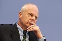 """13 MAY 2004, BERLIN/GERMANY:<br /> Prof. Meinhard Miegel, Buergerkonvent und Leiter des Instituts fuer Wirtschaft und Gesellschaft Bonn e.V., IWG Bonn, packt seine Aktentasche aus, vor Beginn der Pressekonferenz """"Fuer ein besseres Deutschland"""" - eine Aktionsgemeinschaft von 10 Reforminitiativen mit Forderungen an die Politik, Bundespressekonferenz<br /> IMAGE: 20040513-01-032<br /> KEYWORDS: Bürgerkonvent"""