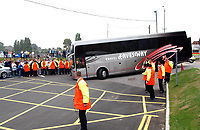 Fotball, 14. september 2002. The Manchester United coach arrives amid high security caused by the return of ex-Leeds player Rio Ferdinand. Leeds United v Manchester United, FA Premiership,<br />Foto: Matthew Impey, Digitalsport
