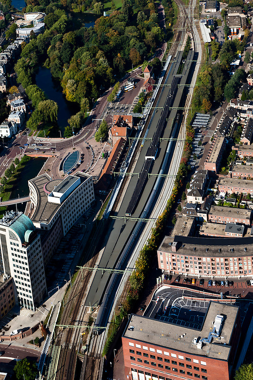 Nederland, Overijsssel, Deventer, 03-10-2010; stationsgebied met station en vestiging Saxion Hogeschool (HBO). .Inner city with railway station and Saxion Hogeschool (polytechnic).luchtfoto (toeslag), aerial photo (additional fee required).foto/photo Siebe Swart