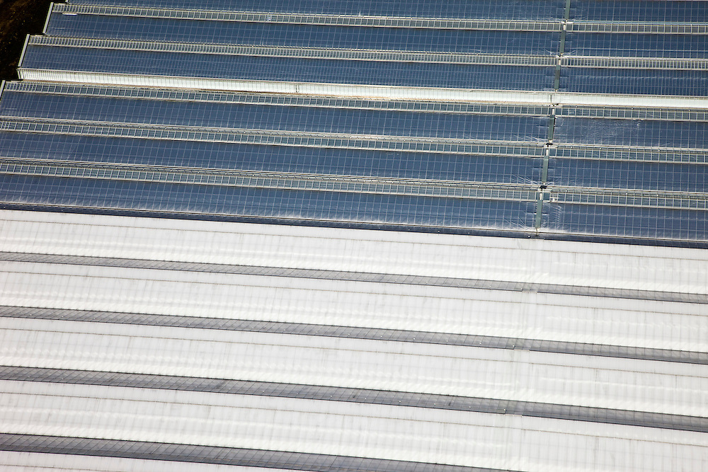 Nederland, Zuid-Holland, Bleiswijk, 20-03-2009; detail kassencomplex; de daken laten een regelmatig en geometrisch patroon zien, het glas glinstert in de zon. Detail of greenhouses in a geometrical checked pattern. .Swart collectie, luchtfoto (toeslag); Swart Collection, aerial photo (additional fee required); .foto Siebe Swart / photo Siebe Swart