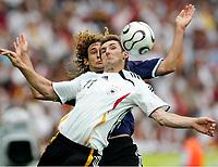 v.l. Miroslav Klose, Fabricio Coloccini Argentinien<br /> Fussball WM 2006 Viertelfinale Deutschland - Argentinien<br /> Tyskland - Argentina<br /> Norway only