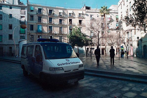 Spanje, Barcelona, 10-1-2004..Guardia urbana, stadspolitie, stadswacht, maakt een ronde op een pleintje in het centrum. Overlast, drugsgebruik, overval, criminaliteit, veiligheid, toerisme, zero tollerance...Foto: Flip Franssen