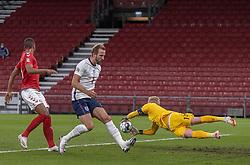 Kasper Schmeichel  (Danmark) griber bolden bag Harry Kane (England) under UEFA Nations League kampen mellem Danmark og England den 8. september 2020 i Parken, København (Foto: Claus Birch).